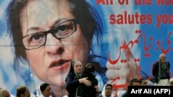 Pakistani colleagues of lawyer and rights advocate Asma Jahangir mourn during her funeral in Lahore, February 13, 2018