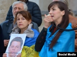 Анна Чесановська і Алла Лазарева на акції в Парижі за звільнення журналіста Романа Сущенка