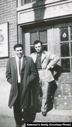 Том Сэці і Хоня Кацман у горадзе Прынц Альбэрт пасьля вайны