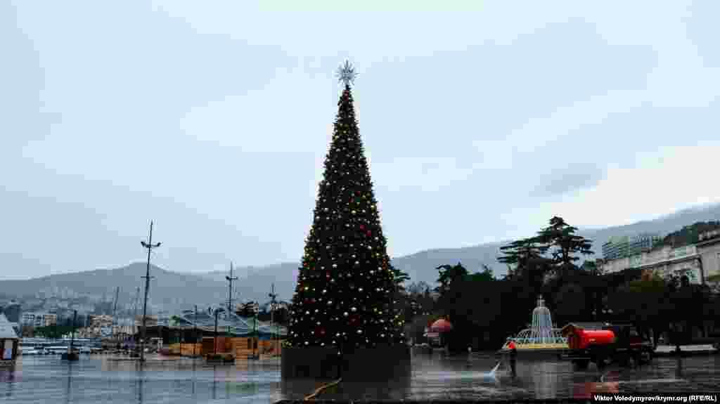 Головний символ свята– новорічна ялинка на набережній Ялти