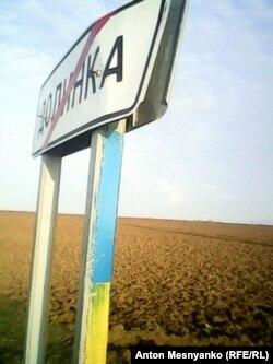 Дорожні знаки в Долинці теж розфарбували в кольори українського прапора