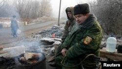 Ukrain hökümet güýçleri bilen orsparaz separatistleriň arasynda ok atyşygy bes etmek barada ylalaşyga gol goýlany bäri, 1000-den gowrak adamyň öldürilendigini habar berýär.