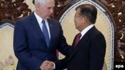 Вице-президент США Майкл Пенс и вице-президент Индонезии Юсуф Калла, 20 апреля 2017 года