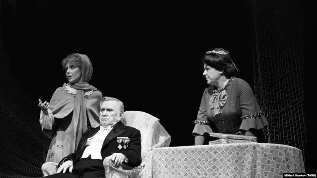 """Сцена из спектакля """"Дело"""" по пьесе А.В.Сухово-Кобылина, 1978 год"""