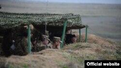Serj Sarkisyan erməni blindajında (arxiv fotosu)