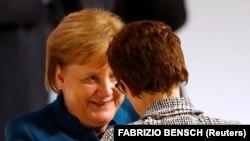 Ангела Меркель (слева) и ее преемница на посту главы Христианско-демократического союза Аннегрет Крамп-Карренбауэр. Гамбург, 7 декабря 2018 года.