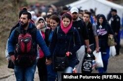 Жакынкы чыгыштык мигранттар Хорватиядагы Опатовоч кабыл алуу борборуна катталганы баратышат. 18-октябрь