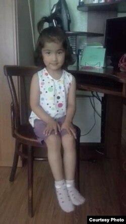 5-летняя Диёра Бахронова из Самарканда, которой диагностировали страшное заболевание – нейробластома (рак) левого надпочечника.