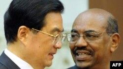 Қытай төрағасы Ху Цзиньтао Судан президенті Омар әл-Баширді қабылдап тұр. Қытай, 29 маусым 2011 жыл
