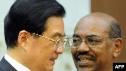 Президент Китая Ху Цзиньтао ( слева) и президент Судана Омар аль-Башир (справа). Пекин, 29 июня 2011 года.
