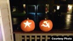 Тыквы в честь праздника Хеллоуин выставлены в одном из дворов в Сиетле.