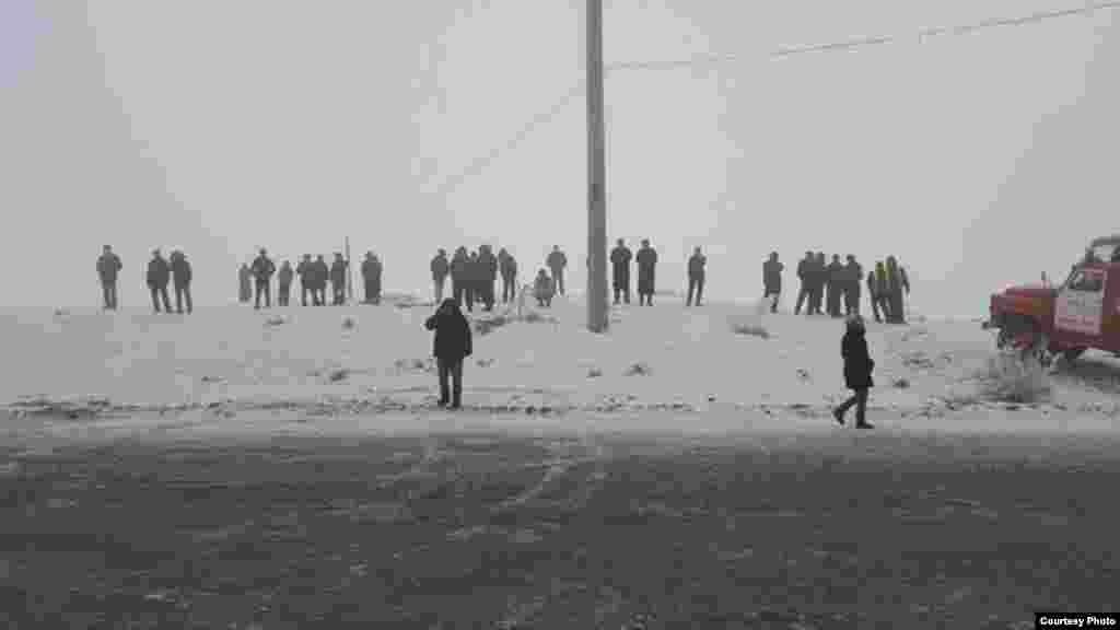 Люди недалеко от места падения самолета.