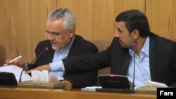 محمود احمدینژاد (راست) همراه با محمدرضا رحیمی در نشست هیات دولت دهم.