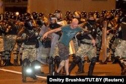 Manifestant reținut de forțele de ordine la Minsk, 9 august 2020.