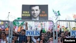 Сторонники находящегося в тюрьме кандидата в президенты Селахаттина Демирташа в Анкаре, 17 июня 2018 года.