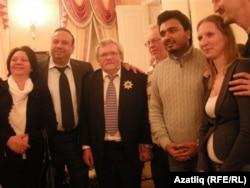 Равил Бохараев (уртада) иҗат кичәсенә килүчеләр белән