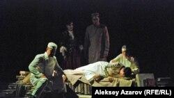 Сцена из оперы «Абай» в КГАТОБ имени Абая. Алматы, 5 июня 2014 года.
