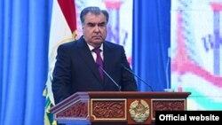 Эмомали Рахмон выступает на торжественном собрании по случаю Дня таджикской милиции. Фото пресс-службы президента РТ
