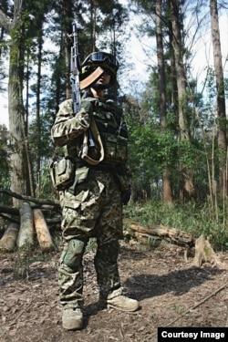 Японский косплейщик в форме солдата украинской армии