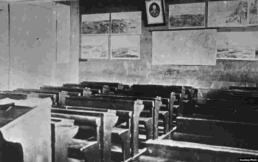 Бөкей Ордасында ашылған оқу орындарының партасы. 19-ғасырдың екінші жартысы.