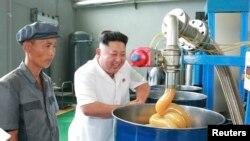 Лидер КНДР Ким Чен Ун посещает фабрику