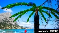 «Пальма» из пустых бутылок шампанского на набережной в Новом Свете