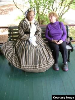 Экскурсовод Патриша Смит (слева) и посетительница музея Барабра Кларк