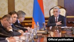 Armenia - President Serzh Sarkisian meets with Prime Minister Karen Karapetian and other senior officials in Yerevan, 27 February 2018.