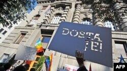 Protest LGBT organizacija ispred Vlade Srbije 2011. godine nakon homofobičnog napada na A.Ž.