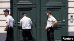 Бельгийская полиция перед резиденцией архиепископа Мехелен-Брюссельского