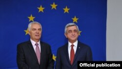 Ermənistan - Prezident Serzh Sarkisian (sağda) və AB təmsilçisi Piotr Switalski, Yerevan, 7 iyun, 2016