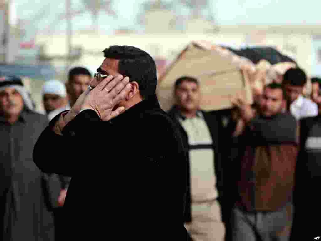 В Багдаде прощаются с погибшими во время теракта. 33 человек погибли, около 50 получили ранения в результате атаки террориста-смертника в западной части Багдада 10 марта (AFP)
