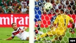 Вирішальний момент матчу: Маріо Ґетце бачить м'яч у сітці після свого удару
