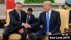 Özbegistanyň prezidenti Şawkat Mirziýoýew (çepde) we ABŞ-nyň prezidenti Donald Tramp. Waşington, ABŞ. 16-njy maý, 2018 ý.
