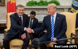 Прэзыдэнт ЗША Дональд Трамп (справа) прымае ў Белым Доме прэзыдэнта Ўзбэкістану Шаўката Мірзіёева, 16 траўня 2018 году.