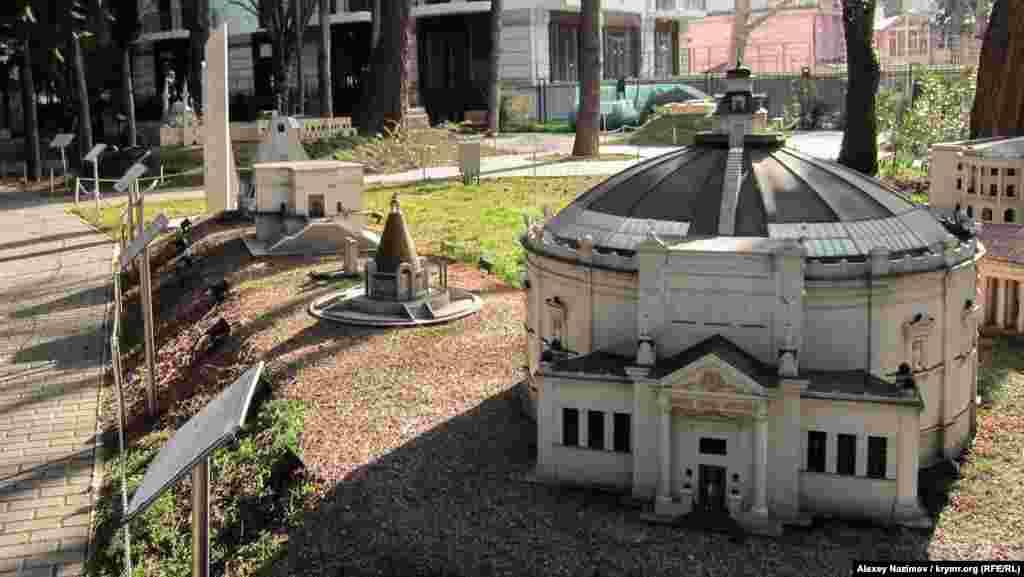 Для відвідувачів у парку представлені мініатюрні копії найвідоміших кримських пам'яток культури та архітектури