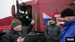 Протестующие дальнобойщики на окраине Москвы. 4 декабря 2015 года.