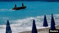 Патруль у побережья Ниццы на следующий день после атаки с участием грузовика на Английской набережной в четверг, 14 июля.