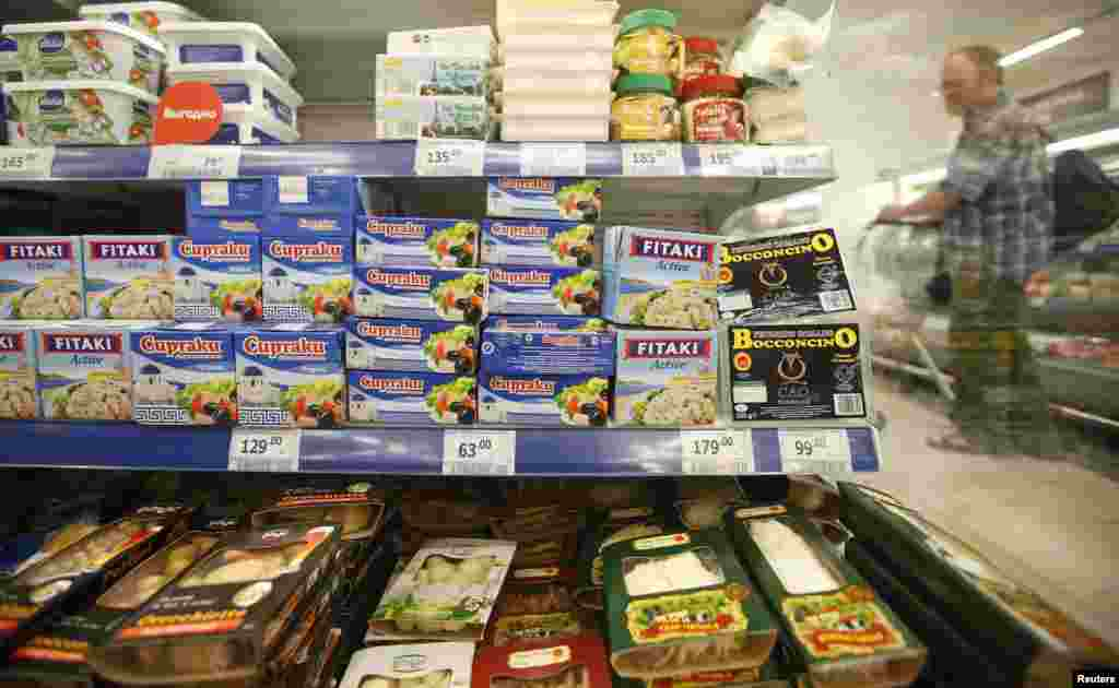 Россия представила 7 августа список запрещенных к ввозу на ее территорию продуктов. Ограничения коснулисьпоставок говядины, свинины, фруктов, птицы, сыров и молока из стран Евросоюза, США, Австралии, Канады и Норвегии. В российском правительстве эти меры назвали ответным шагом на санкции Запада, введенныепротив Москвы в связи с событиями в Украине.