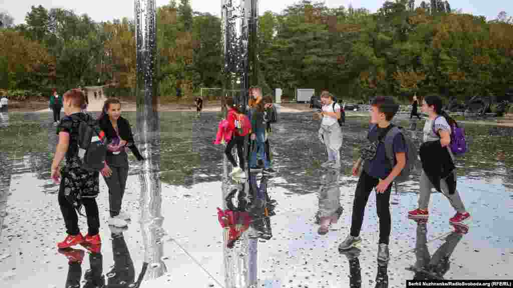 Це дзеркальний диск діаметром близько 40 метрів із 10 колонами висотою 6 метрів. Вони нібито простріляні кулями – загалом нанесли понад 100 тисяч дірок від куль того ж калібру, якими розстрілювали нацисти людей в яру