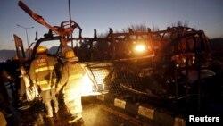 Рятувальники біля автобуса телевізійників, знищеного вибухом, фото 20 січня 2016 року