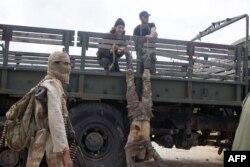 Боевики ИГИЛ в Сирии расправляются с пленным солдатом армии Башара Асада