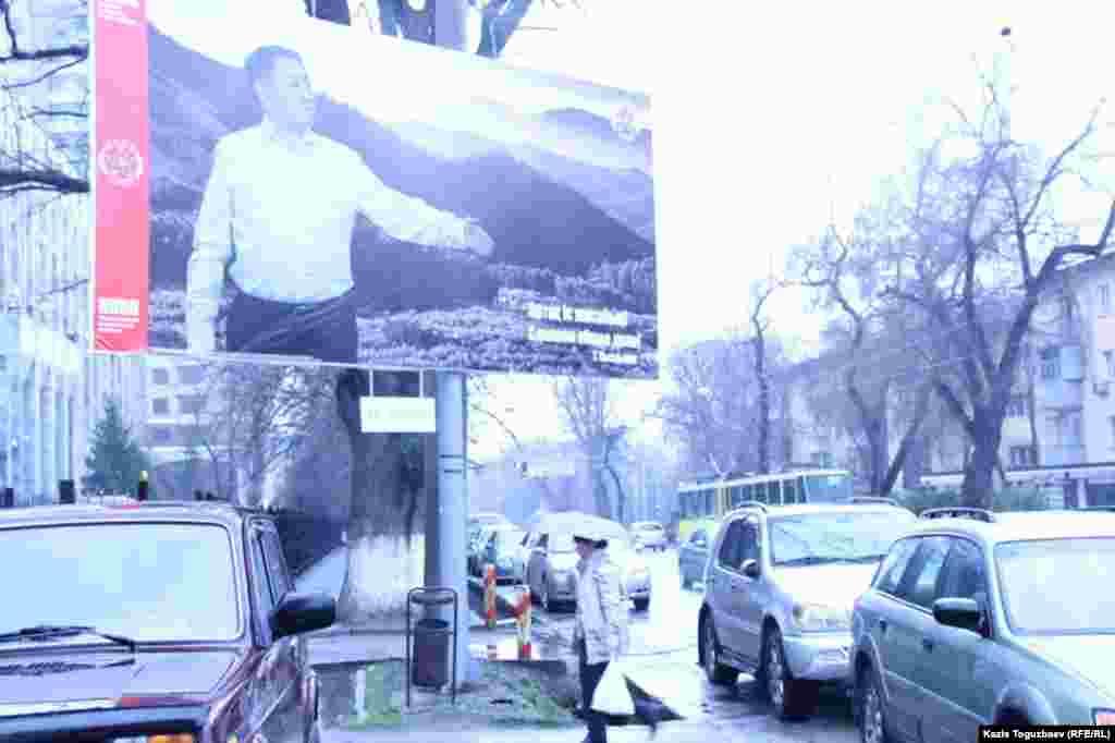 Билборд с изображением кандидата в президенты от Коммунистической народной партии Тургуна Сыздыкова, лидера этой партии. Всего в Алматы установлено пять билбордов в поддержку Сыздыкова, сообщили Азаттыку в его предвыборном штабе.