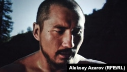 Карасай-батыр в молодости (Назар Султанбаев). Стоп-кадр с киноэкрана.