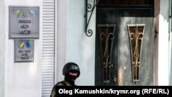 Rusiye arbiyi Aqmescitte Qırımtatar Milliy Meclisiniñ binası yanında, arhiv fotoresimi