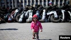 Barikade ispred zgrade regionalne Vlade u Donjecku