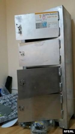 Сейф, взломанный во время обыска в Бакинском бюро Азербайджанской редакции Азаттыка.