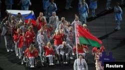 Российский флаг у члена белорусской делегации на открытии Паралимпийских игр. Рио-де-Жанейро, 7 сентября 2016 года.