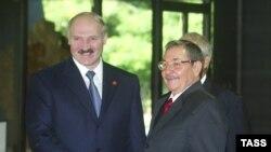 Аляксандар Лукашэнка і Рауль Кастра на саміце руху недалучэньня ў Гаване ў 2006 годзе
