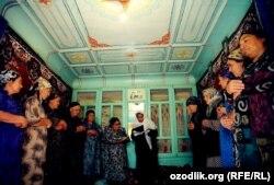 Ферғаналық өзбек әйелдер Мәуліт мейрамы кезінде мұсылманша ғұрыптарын өтеп тұр. 14 наурыз 2012 жыл